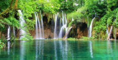 Лесной водопад на озере