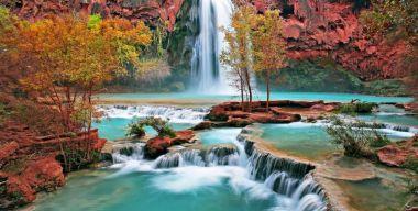Красивые скалы и водопад